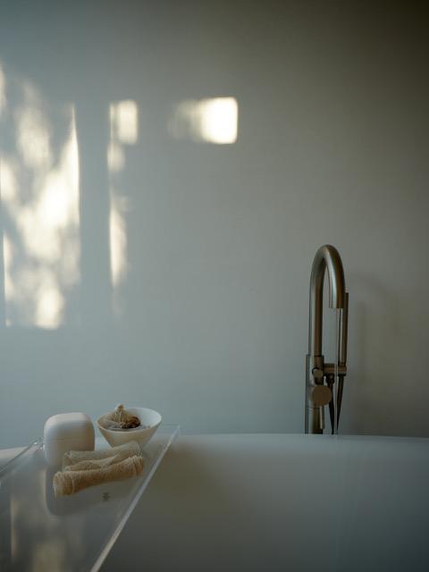 guest studio modern tub